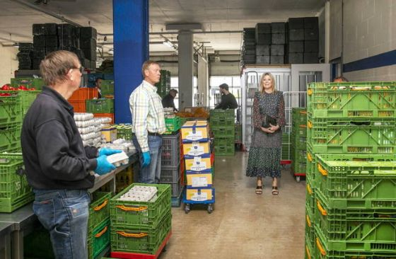 delft-netherlands-19-05-2020-dutch-queen-maxima-r-visits-the-distribution-center-of-the-food-bank-in-delft-the-netherlands-19-may-2020-during-the-visit-the-queen-spoke-with-volunteers-about-how-the-corona